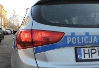tył radiowozu policyjnego z napisem policja