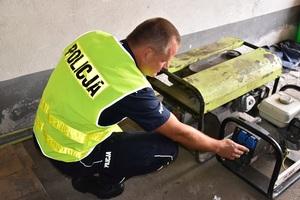 policjant sprawdza odzyskany sprzet