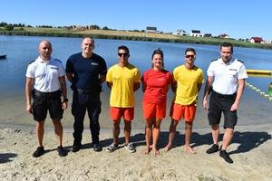 policjanci i ratownicy którzy uratowali tonącego meżczyznę