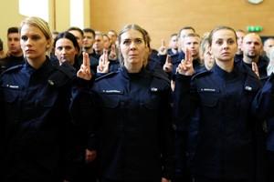 Nowo przyjęci policjanci stoi w tłumie adeptów