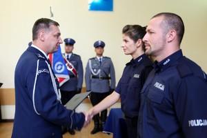 Komendant Wojewódzki Policji w Poznaniu insp. Piotr Mąka w galowym mundurze gratuluje policjantce