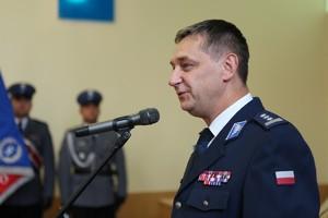 Komendant Wojewódzki Policji w Poznaniu insp. Piotr Mąka w galowym mundurze przemawia