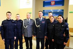 Komendant Wojewódzki Policji w Poznaniu pozuje do grupowego zdjęcia z nowo przyjętymi policjantami