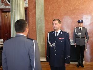 dowódca uroczystości składa meldunek komendantowi wojewódzkiemu