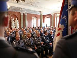 widok na salę i zaproszonych gości i policjantów
