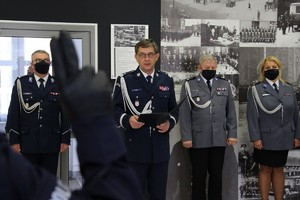 Nowo przyjęci policjantka i policjanci w trakcie ślubowania, które odebrał Komendant Wojewódzki Policji w Poznaniu nadinsp. Piotr Mąka.